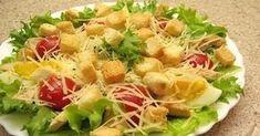 """Salata """"Caesar"""" este una dintre cele mai populare salate, fiind servită în diferite localuri din întreaga lume. Astăzi vă vom prezenta o rețetă adaptată, care este mai ușoară și mai gustoasă decât cea originală. Combinația de salată verde, crutoane, ouă, roșii cherry și piept de pui este foarte reușită. Salata este asezonată cu un sos picant și aromat, care vă va încânta papilele gustative. Delectați-vă cu o salată demnă de toate restaurantele lumii! Ingrediente – 200 g de file de pui – 100 g de Cobb Salad, Potato Salad, Cabbage, Potatoes, Yummy Food, Meat, Chicken, Vegetables, Cooking"""