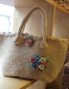 コクヨの麻ひもで編んでます。袋口に模様編み入れて、ガーリーな感じに仕上げてみました。麻ひもが経年変化により、いい感じのあめ色に変わってきます。お花のモチーフ(...|ハンドメイド、手作り、手仕事品の通販・販売・購入ならCreema。