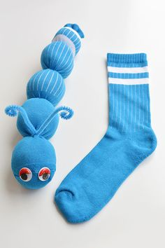 These no-sew sock worms are SO EASY to make and the kids love them! Or maybe theyre sock caterpillars? Either way, this is such a fun kids craft and its easy enough that the kids can actually make it Worm Crafts, Fun Crafts For Kids, Toddler Crafts, Preschool Crafts, Projects For Kids, Diy For Kids, Cool Kids, Easy Crafts, Art Projects