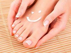 Cuidados para os pés: hidratação | Leia mais: http://www.blogdacrisfeu.com/noticia/2016/05/07/cuidados-para-os-pes-hidratacao.html