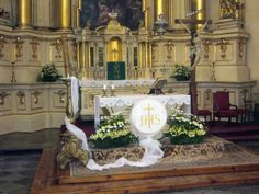 Miracles Of Jesus, Altar Flowers, Corpus Christi, First Communion, Lent, Holy Spirit, Floral Arrangements, Table Decorations, Victoria