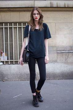 黒Tシャツ×ブラックスキニー。オールブラックの着こなしは、小物を含めアイテムの質感に変化をつけるのがコツ。パンツの裾はロールアップして肌を少し見せて。