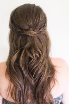 Cabelo solto penteado com trança