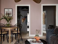 En design intérieur, pink is the new black ! (PLANETE DECO a homes world) Interior Rugs, Cafe Interior, Interior Design, Mauve Living Room, Living Room Decor, Dining Room, Room Color Schemes, Room Colors, Mauve Walls