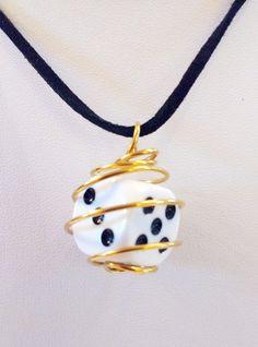 Vous pouvez le retrouver dans ma boutique #etsy : Collier Dé en cage dorée dé 6 faces D6 http://etsy.me/2EuF55m #bijoux #collier #noir #geometrique #roliste #geek #jeu #jeudeplateau #jeudesociete #de #d6