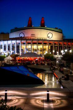 Festival Juste pour Rire Crédit : © Tourisme Montréal, Martin New #Montreal #Downtown Canada, Montreal Quebec, Festivals, Opera House, Events, Activities, Mansions, House Styles, Building