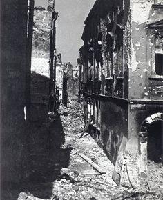 """Narożnik ulicy Rycerskiej i Piekarskiej na Starym Mieście, źr. """"Warszawa 1945"""""""