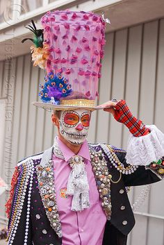 dia de los muertos sugar skull makeup, carnival hat - Click photo to visit site and view larger image Sugar Skull Costume, Sugar Skull Makeup, Sugar Skulls, Mexican Holiday, Day Of The Dead Art, Maquillage Halloween, Halloween Disfraces, Mexican Folk Art, Skull Art
