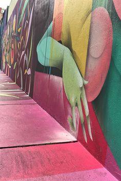 O enérgico Beco do Batman em São Paulo, um lugar cheio de personalidade na Vila Madalena para quem aprecia arte de rua. #saopaulo #cultura #dicasdeviagem #brasil