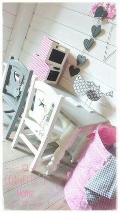 Stoeltjes met hart en ster bij een kindertafel met gedraaide poten van Cornelia's Home.