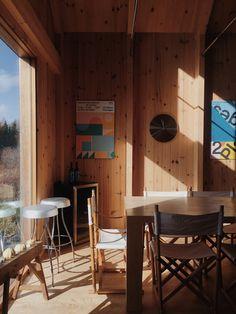 Une maison au style épuré de l'architecte Canadien Pierre Thibault aux mythiques Jardins de Métis. La maison est utilisée pour les concepteurs et stagiaires pendant la période estivale. Idéale pour les retraites stratégiques, les camps de yoga en nature ou les rencontres familiales. Comfort, nature et sobriété de style nordique s'offrent à vous. À une vingtaine de minutes du Mont-Comi pour les amateurs de ski et à quelques pas du Parc de la rivière Mitis pour la raquette ou les randonnées. Ski, Conference Room, Yoga, Nature, Table, Furniture, Design, Home Decor, Gardens