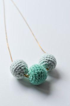 Häkelkette in Mint – Mein gehäkeltes Herz Armband Diy, Diy Pins, Diy Schmuck, Mint, Diy Fashion, Crochet Necklace, Jewels, Knitting, Creative Ideas