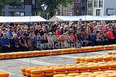 bezoekers op het waagplein bekijken de kaasmarkt