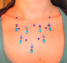 Un beau collier bleu à deux rangs avec effet gouttes d'eau délicates.  http://www.alittlemarket.com/collier/collier_mi_long_avec_perles_en_verre_bleues_claires_et_bleues_foncees_nuancees-7321209.html