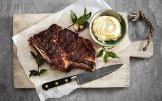 Man kan grilla det mesta, till och med smör. Vitlök och lagerblad ger smak till smöret.