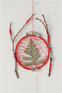 Atrapasueños DIY hecho con hojas secas cosidas y pendientes reciclados / DIY dreamcatcher made with sewed dried leaves and recycled earrings Christmas Activities, Christmas Crafts, Christmas Decorations, Christmas Is Coming, Christmas Inspiration, Dream Catcher, Diy, Home Decor, How To Make