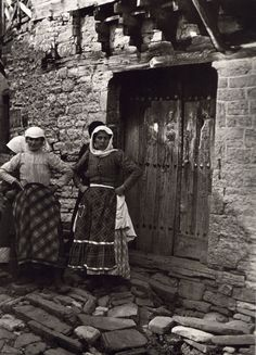 Old photos from Greece, old pictures from Greece of the interwar period, a life work of swiss photographer Fred Boissonnas. Old Pictures, Old Photos, Vintage Photos, Greek Traditional Dress, Greece Tours, Dance Background, Magnified Images, Greece Photography, Old Greek