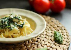 Tagliatelle z kurczakiem i szpinakiem w sosie z sera pleśniowego niezwykle szybki, prosty i smaczny przepis. Idealny na obiad dla całej rodziny.