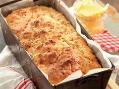 Hierdie brood maak jy in 'n japtrap en jy kan dit voorsit saam met braaivleis of met.Hierdie brood maak jy in 'n japtrap en jy kan dit voorsit saam met braaivleis of met. South African Dishes, South African Recipes, Kos, Ma Baker, Braai Recipes, Good Food, Yummy Food, Bread And Pastries, Bread Baking