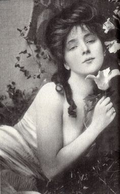Evelyn Nesbit. 1901 (December 25, 1884 – January 17, 1967) was an American artists' model and chorus girl, noted for her entanglement in the murder of her ex-lover, architect Stanford White, by her first husband, Harry Kendall Thaw. Eventually, Evelyn became one of the most in-demand artists' models in New York.