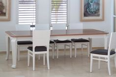 פינת אוכל הכוללת: שולחן אוכל מעוצב בסגנון קלאסי. רגלי השולחן מעוצבות עם פיתוחים המתחברים עם הפיתוחים בקושרות השולחן בצבע לבן. בפלטה העליונה עבודת פורניר קלאסי