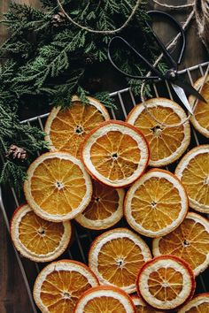 Christmas Mood, Simple Christmas, Handmade Christmas, Christmas Crafts, Vintage Christmas, Christmas Ideas, Listen To Christmas Music, Dried Oranges, Dried Orange Slices