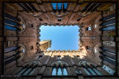Alternativa by Ivan Ranieri on 500px Diverso punto di vista verso la Torre del Mangia a Siena, dal Cortile del Podestà #cielo #comunale #mangia #palazzo #siena #sky #torre #torredelmangia #toscana #tuscany #cortiledelpodestà