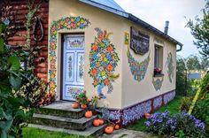 Vilarejo na Polônia tem casas pintadas com motivos florais