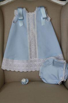 Resultado de imagen de como hacer faldones de bebe patrones Baby Outfits, Little Girl Dresses, Kids Outfits, Baby Girl Fashion, Fashion Kids, Baby Dress Design, Girl Dress Patterns, Heirloom Sewing, Baby Boutique