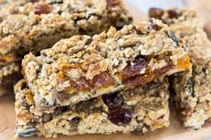 Voorverpakte mueslirepen bevatten vaak veel suiker en conserveringsmiddelen. Met minimale inspanning maakt u uw eigen mueslirepen. U kunt de noten en vruchten variëren om elke keer weer een verassende combinatie te maken.  Ingrediënten (24 stuks): – 180 gram havermoutvlokken – 65 gram gedroogde cranberries / rozijnen / dadels / vijgen – 40 gram gehakte …