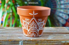 60 Ideas wedding favors boho for 2019 Flower Pot Art, Flower Pot Design, Flower Pot Crafts, Clay Pot Crafts, Painted Plant Pots, Painted Flower Pots, Painted Pebbles, Hand Painted, Pottery Painting