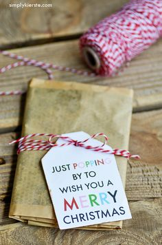 A super cute & easy Christmas popcorn gift idea! Tie this darling tag onto a bag of microwave popcorn and give it to friends, colleagues, teachers & more!