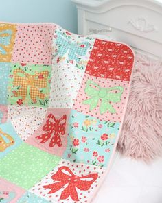 Appliqué Bow Quilt with Strawberry Honey Fabric - Molly and Mama Small Sewing Projects, Applique, Strawberry, Bee, Quilting, Honey, Vibrant, Blanket, Floral
