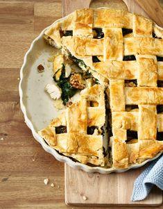 Un pie surprise – le principe est simple: sous une pâte dorée se cachent les farces les plus diverses. Notre savoureuse variante de pie renferme de l'émincé de poulet épicé, des épinards et des noix. Chutney, Le Curry, Valeur Nutritive, Apple Pie, Quiche, Food Ideas, Bubbles, Salt, Food And Drink