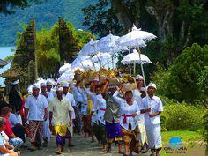 Fedezd fel az egzotikus Balit és a mesés, fehér homokos tengerpartú Gili Meno korallszigetet! Különleges körutazásainkat választva, a sziget legcsodálatosabb helyeit ismerheted meg, melyekre feltétlenül el kell látogatnod Balin töltött nyaralásod alatt!    • 10 nap/9 éj körutazás Balin autóval   • 13 nap/12 éj körutazás Balin autóval  • 10 nap/9 éj körutazás Balin autóval, pihenés Gili Meno korallszigeten  • 14 nap/13 éj körutazás Balin autóval, pihenés Gili Meno korallszigeten