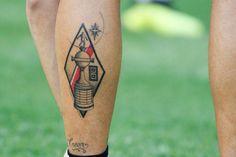 "The Quintero phenomenon, more ""melo"" than ever: the explosion of .- El fenómeno Quintero, más ""melo"" que nunca: la explosión del nuevo 10 de River The cup on the skin; Quintero played five of the twelve meetings of River in the Libertadores 2018 - Daniel Tattoo, Tattoo Models, Deathly Hallows Tattoo, Tatoos, Carp, Music Tattoos, Petite Tattoos, Tattoo Ideas, First Tattoo"