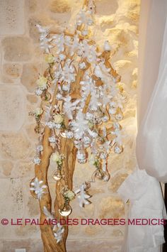 Ballotin dragée romantique sur un arbre à dragée...  http://www.drageeparadise.fr/ballotins-dragees_22_ballotin-dragee-mariage_ballotin-dragee-romantique__100_1.html