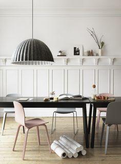 Rustige eetkamer met vilten lamp van het Deense merk Muuto #diningroom