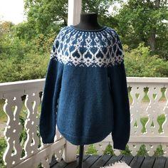 Birgitta Rosenqvist neuloi L-kokoisen petrolinvärisen villapaidan. Kuvassa näet myös Strömsön kuistin puuleikkaukset, joista Lee sai inspiraation neulemalliin. Knit Crochet, High Neck Dress, Turtle Neck, Pullover, Knitting, Blouse, How To Make, Sweaters, Handmade