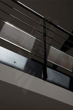 Photo DH88 - SPIR'DÉCO® San Francisco. Garde-corps en protection vide trémie et mezzanine en acier au design industriel pour une décoration de caractère. Garde-corps d'étage avec une main courante en tube, 2 sous-lisses et une soubassement en tôle perforée nid d'abeille très transparente. Garde-corps conforme norme NF P01-012. Finition : acier brut patiné pour mettre en valeur le cachet de la matière 1ère. - Modèle déposé - © Photo : Nicolas GRANDMAISON