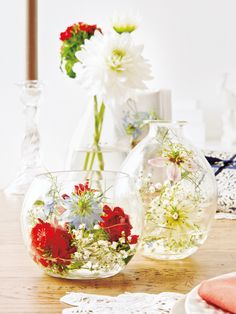 Für das Arrangement Schleierkraut, Nigella, Dahlien und Bartnelken kürzen und in mit Wasser gefüllte Vasen stellen.
