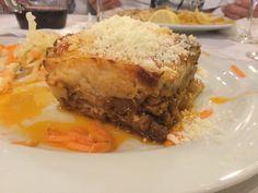 Taivaallinen moussaka Taverna Alexanderissa Santorinilla. Lisukkeena tsatsikia ja kaali-porkkanasalaattia. Lasagna, Ethnic Recipes, Food, Eten, Meals, Lasagne, Diet