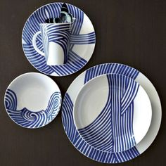 Bold and elegant blue and white dinnerware. For more dining and decor ideas, visit @BrightNest Blog