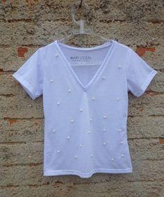 T-shirt gola V customizada com pérolas. www.marycosta.com.br