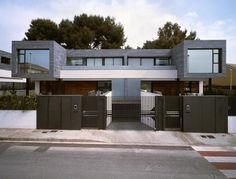 """WIKIPÉDIA DIZ:    Casa geminada ( lat. """"gemini"""" , gêmeos) é a construção de duas ou mais casas ligadas umas as outras, que dividem prop..."""