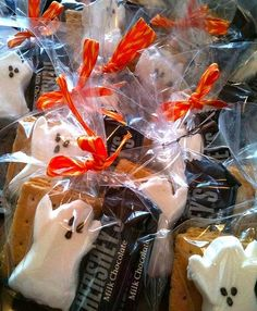 How to Create a Halloween Gift Basket for a Teenager. Halloween gift baskets, though not very common, are lots of fun. They make a great alternative for teenagers, who are too old to trick or treat but may not want to give up all the fun. Halloween Office, Toddler Halloween, Halloween Boo, Holidays Halloween, Halloween Treats, Happy Halloween, Halloween Decorations, Halloween Items, Halloween Favors