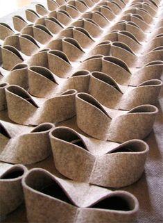 Оригинал взят у julianna_hor13 в Красота геометрии. (Оригами) Оригами - древнее искусство складывания фигурок из бумаги, которое плавно перешло в складывание орнамента на ткани в шитье. Складывать из кусков ткани или кожи оригами - занятие довольно трудоемкое. Относится оно скорее к области высокой…