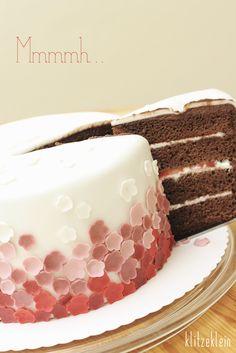 """oder """"Wohin mit den ganzen Blümchen?"""" Es ist Samstag morgen. In meinem Kopf existiert schon die fertige Torte. Die Rezepte dafür habe ich mir am Freitag ergoogelt. Fündig wurde ich bei Monika, wo ich eine Erdbeer-Schoko-Torte fand. Eine unschlagbare Kombination, wie ich finde. Das Rezept für die Erdbeer-Schokoladen-Torte findest Du hier: Tortentante Ich backe allerdings…"""