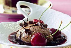 Mousse de chocolate negro con caldo de cerezas amargas