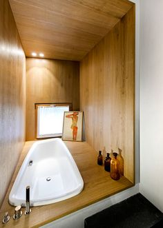 I'm definitely a shower girl and don't care about bathtubs. But this looks very cozy and I wouldn't mind spending time here, flipping through some mags ;-).
